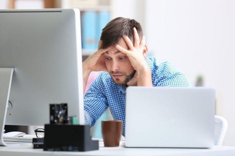 hombre frustración